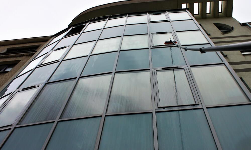 Woda demineralizowana. Dlaczego mycie szyb, okien i przeszkleń za jej pomocą się opłaca?