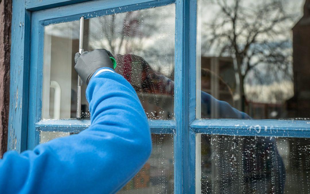 Jak dbać o powierzchnie szklane w domu?