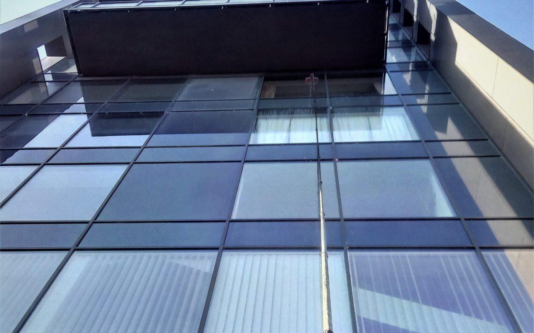 Jak umyć duże okna oraz powierzchnie szklane?