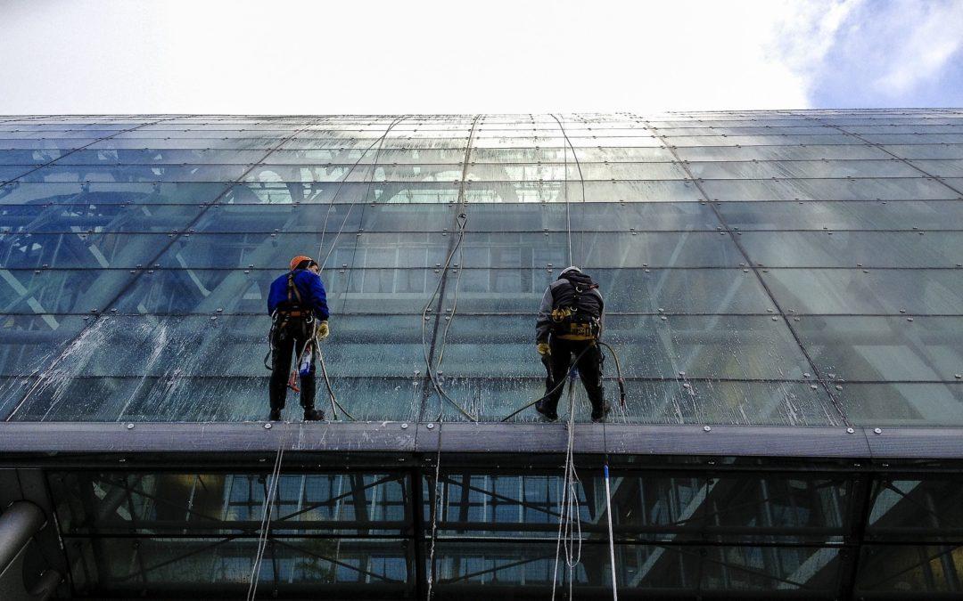 Mycie okien na wysokości – czy warto korzystać z dźwigów i rusztowań?